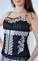 Очаровательный женский корсет декорирован кружевом с вышивкой в украинском стиле
