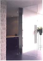 Маятниковая распашная стеклянная дверь в проеме
