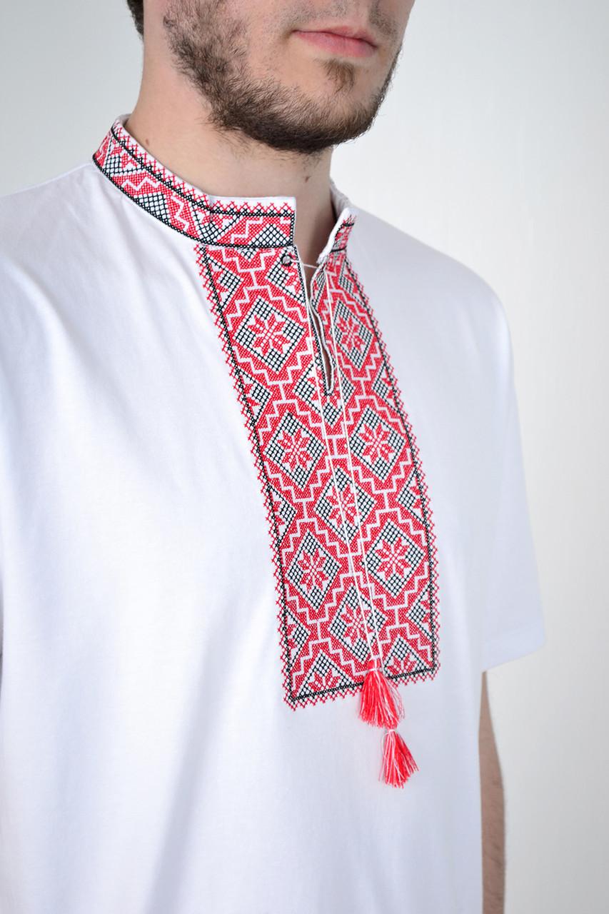Нарядная мужская вышиванка в украинском  стиле с красным орнаментом