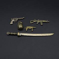 Металлические подвески с оружием.
