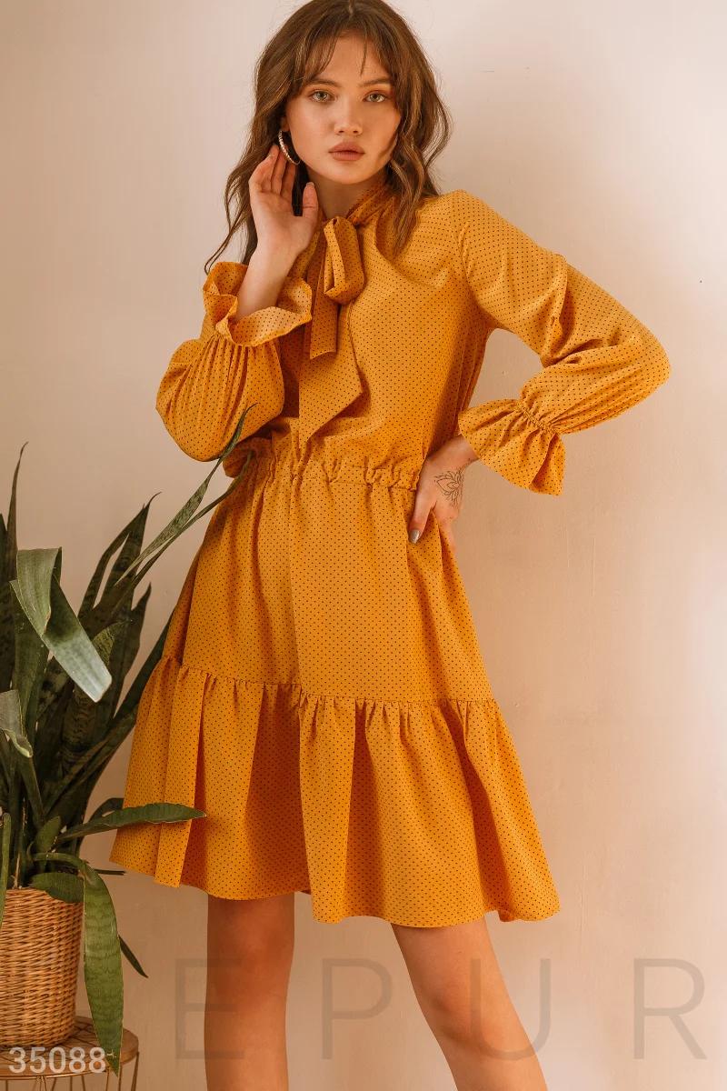 Повседневное платье до колен в горошек с воланами желтое