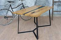Стол со столешницей из массива дерева акации с рекой, живым краем и металлическими ножками