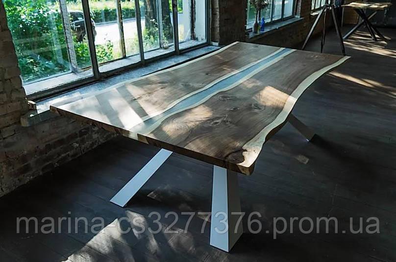 Стол со столешницей из массива дерева ореха, с живым краем и белыми металлическими ножками