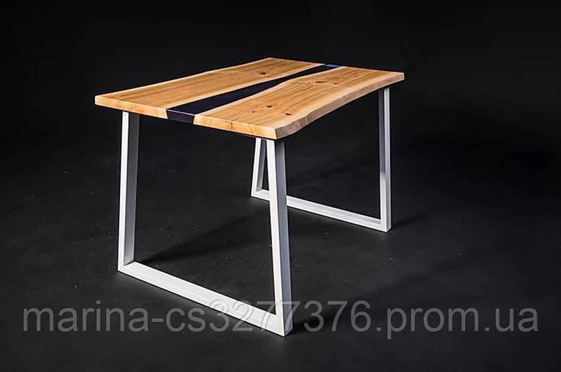 Стол со столешницей из массива дерева черешня, с рекой и белыми металлическими ножками