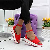 Женские красные босоножки из замши на завышенной подошве