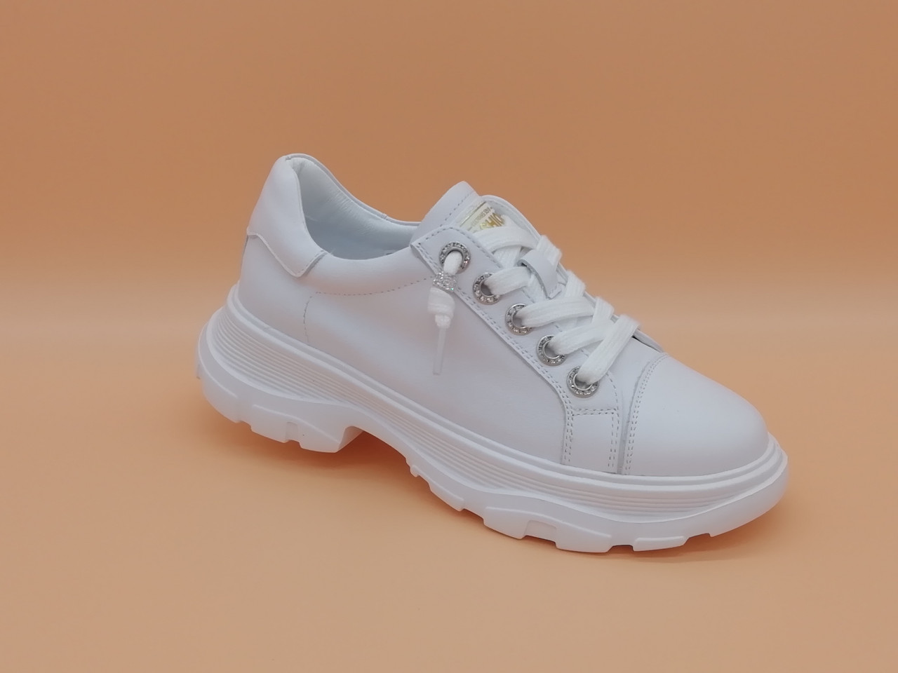 Кросівки білі на товстій підошві.