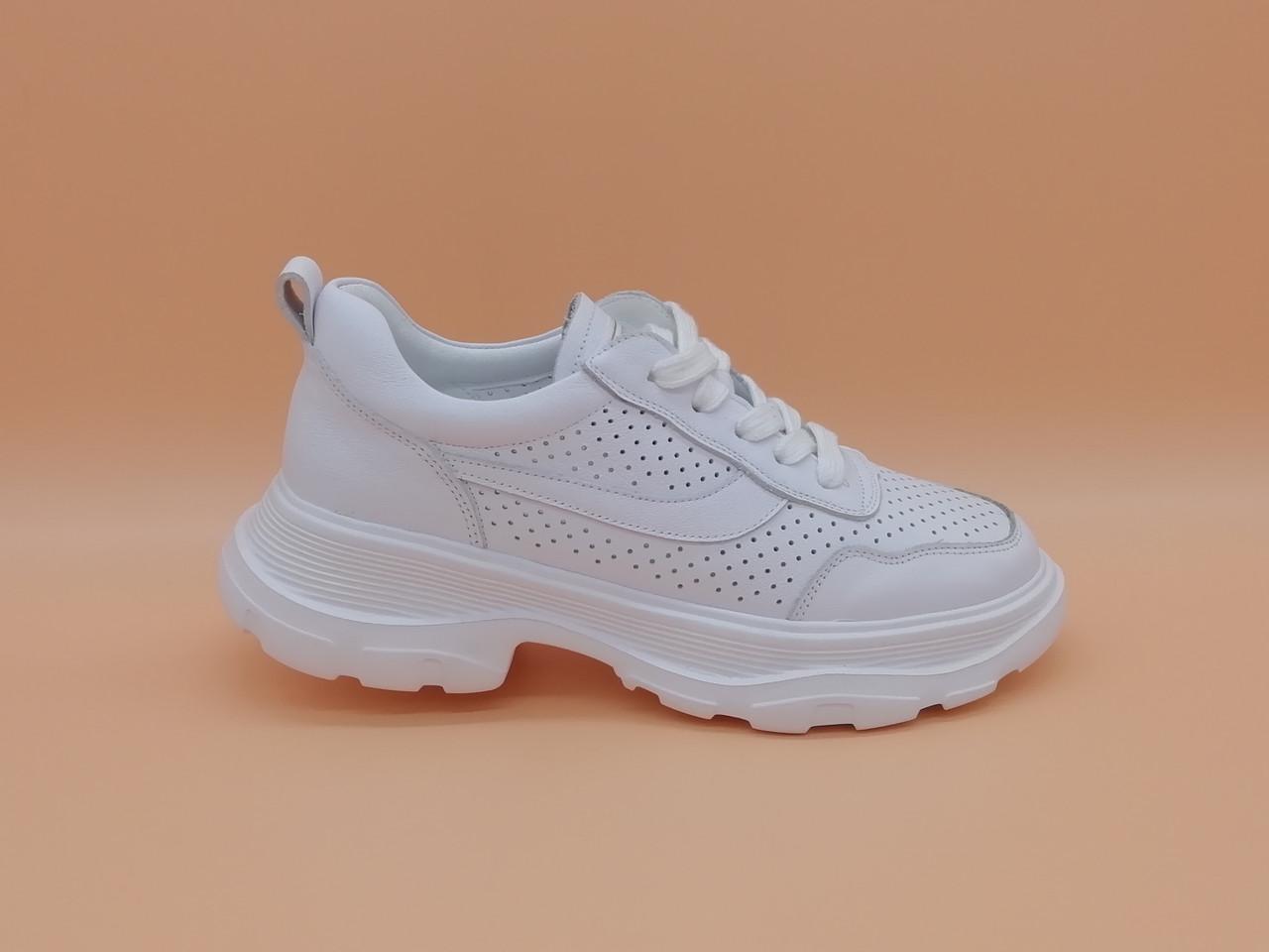 Кроссовки белые на толстой подошве.