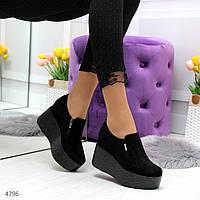 Женские черные замшевые туфли на высокой танкетке