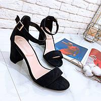 Черные женские замшевые босоножки на невысоком квадратном каблуке