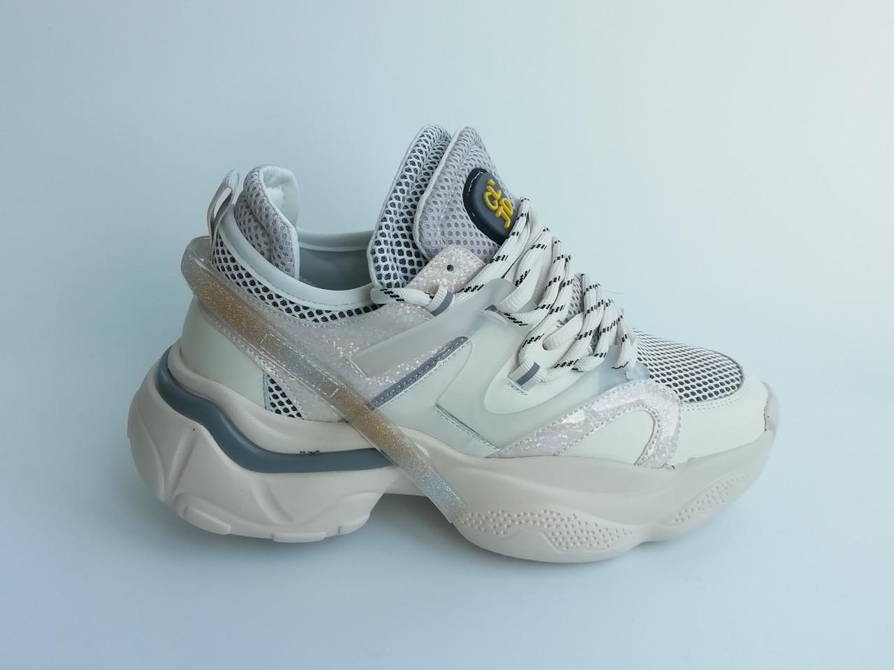 Кроссовки на толстой подошве.