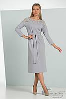 Элегантное платье приталенного кроя с  гипюровыми вставками Lesya Дженна.