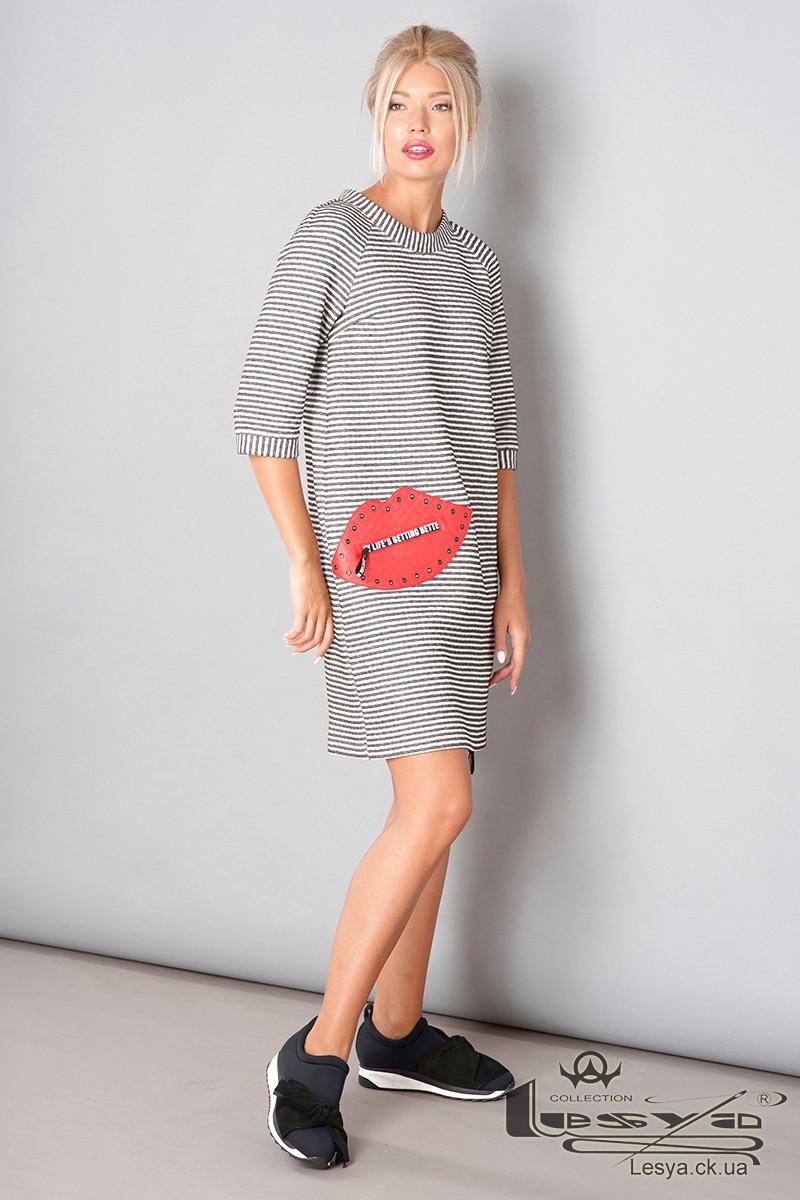 Трикотажное платье с контрастной нашивкой