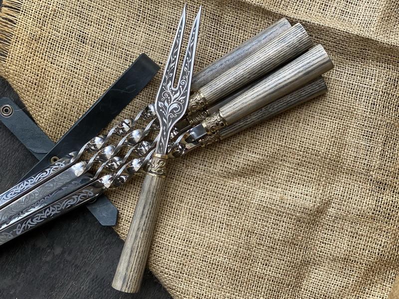 """Шампура подарункові з дерев'яними ручками """"Версаль 2"""" + виделка, в шкіряному сагайдаку"""