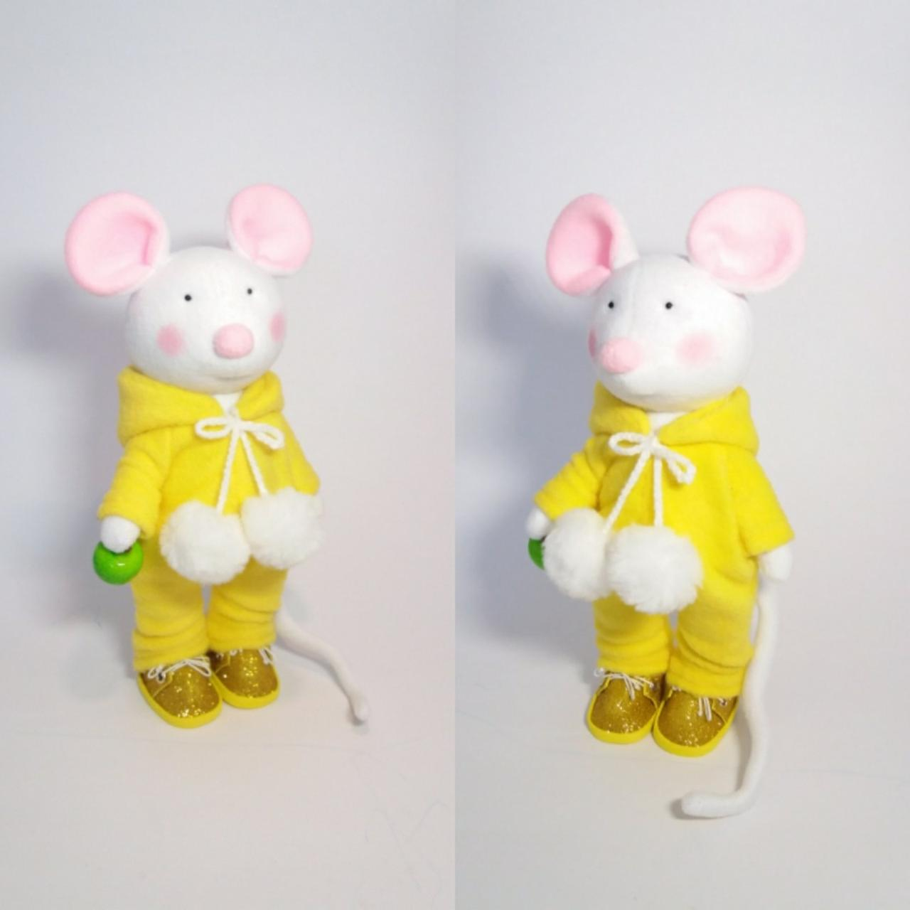 Текстильна лялька-мишка.