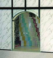 Раздвижные стеклянные двустворчатые двери над арочным проемом