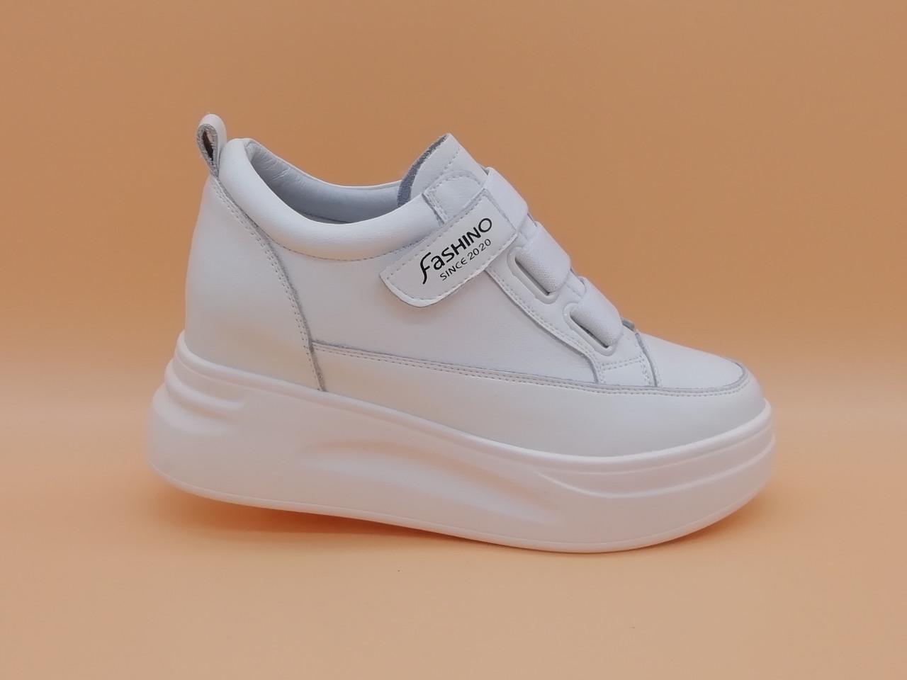 Кросівки білі на липучці на товстій підошві.
