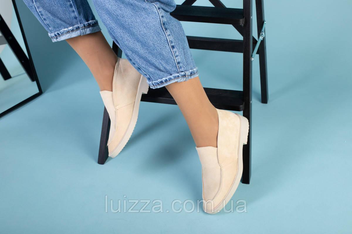 Бежевые замшевые туфли-лоферы на светлой подошве
