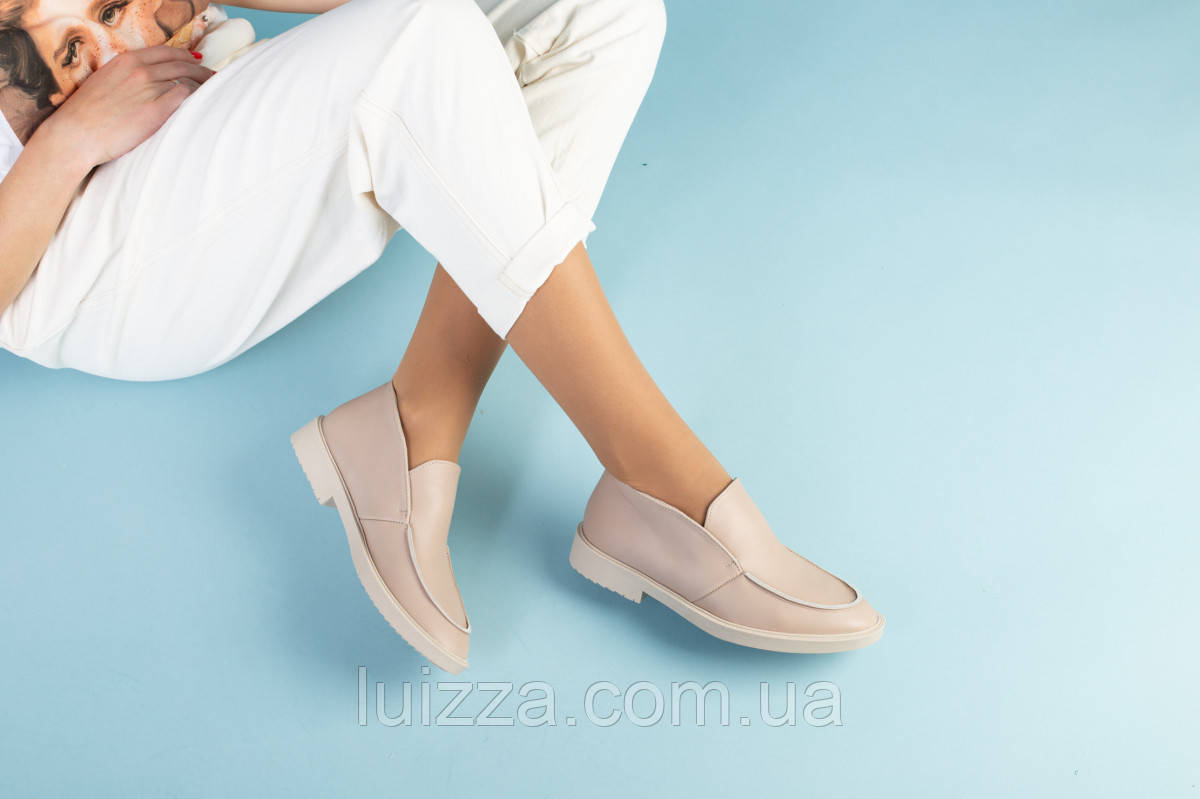 Бежевые кожаные туфли-лоферы на светлой подошве