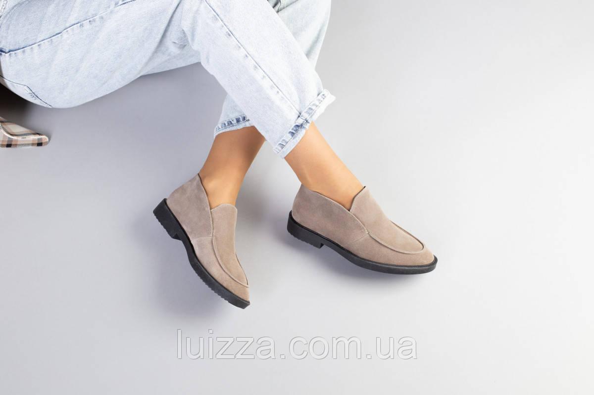 Замшевые туфли-лоферы цвета капучино на черной подошве