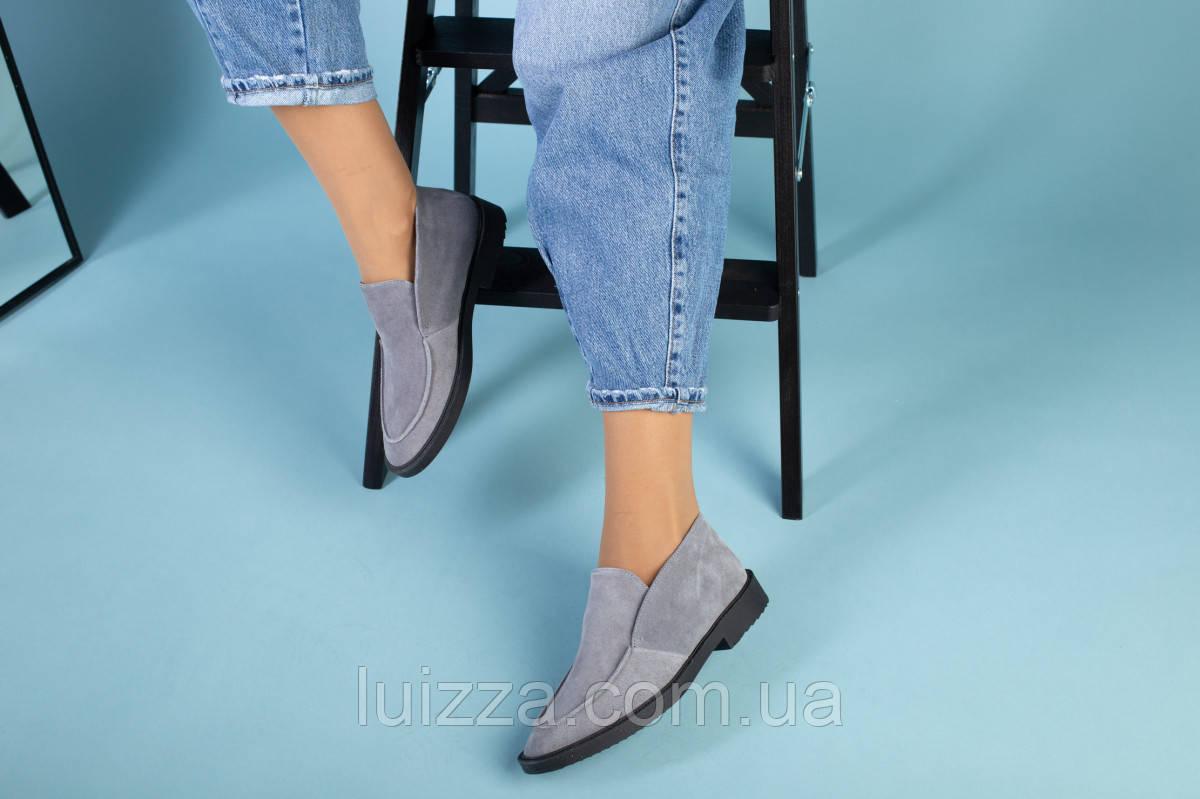 Серые замшевые туфли-лоферы на черной подошве