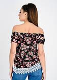 Черная в цветочный принт удлиненная блузка с открытыми плечами, фото 3