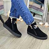 Демісезонні жіночі замшеві чорні черевики на товстій підошві, декоровані фурнітурою, фото 2