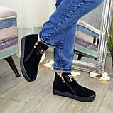 Демісезонні жіночі замшеві чорні черевики на товстій підошві, декоровані фурнітурою, фото 3