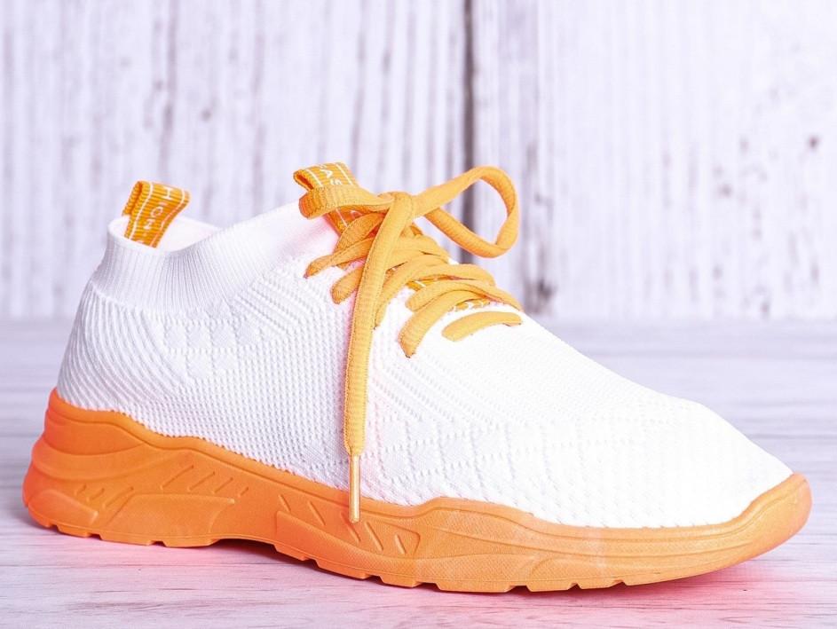 Білі трикотажні з помаранчевим кросівки