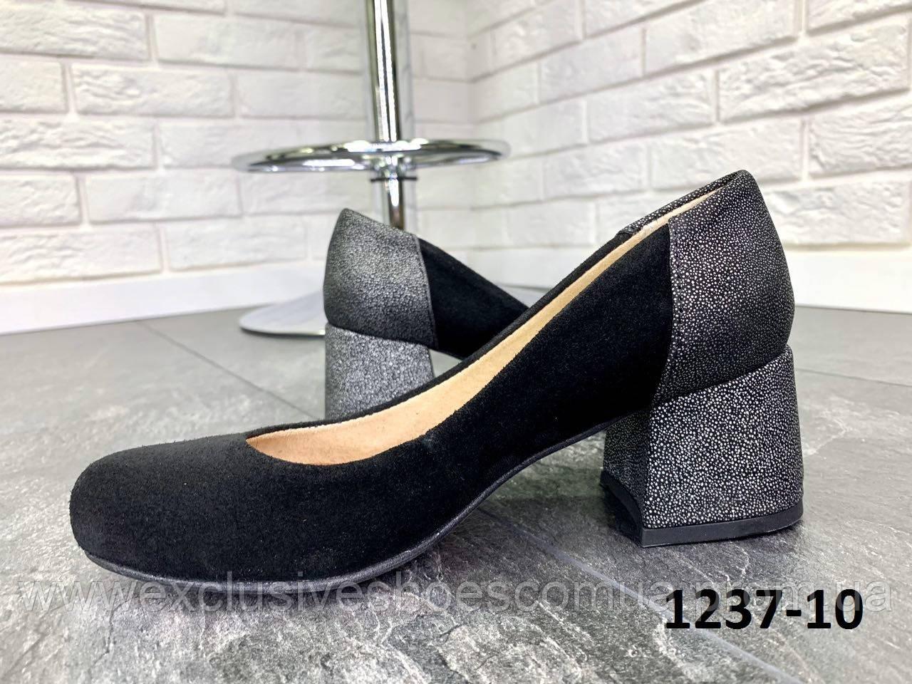 Туфли женские замшевые черные на каблуке с принтом на пятке
