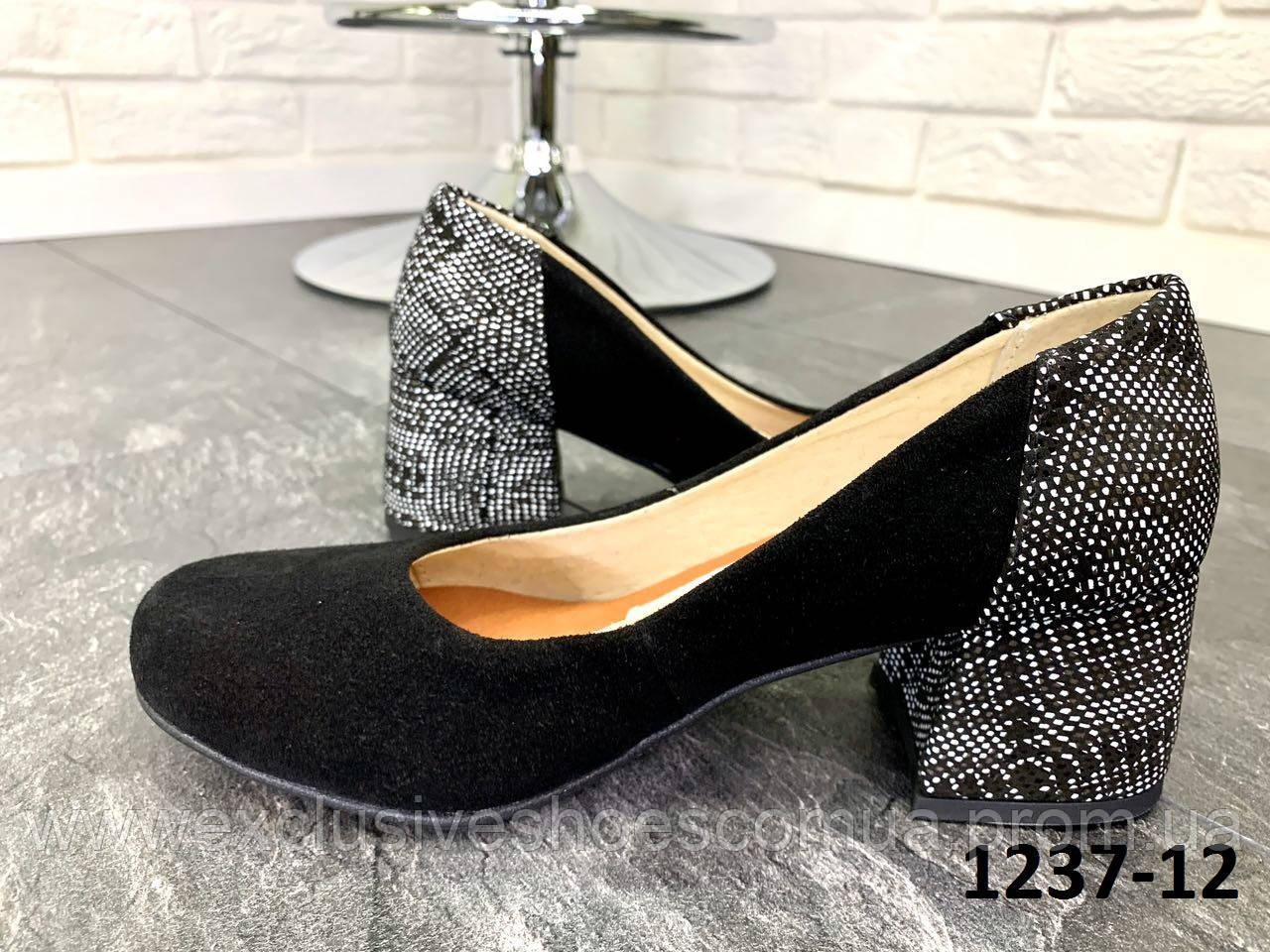 Туфлі жіночі замшеві чорні човники на підборах з принтом на п'яті