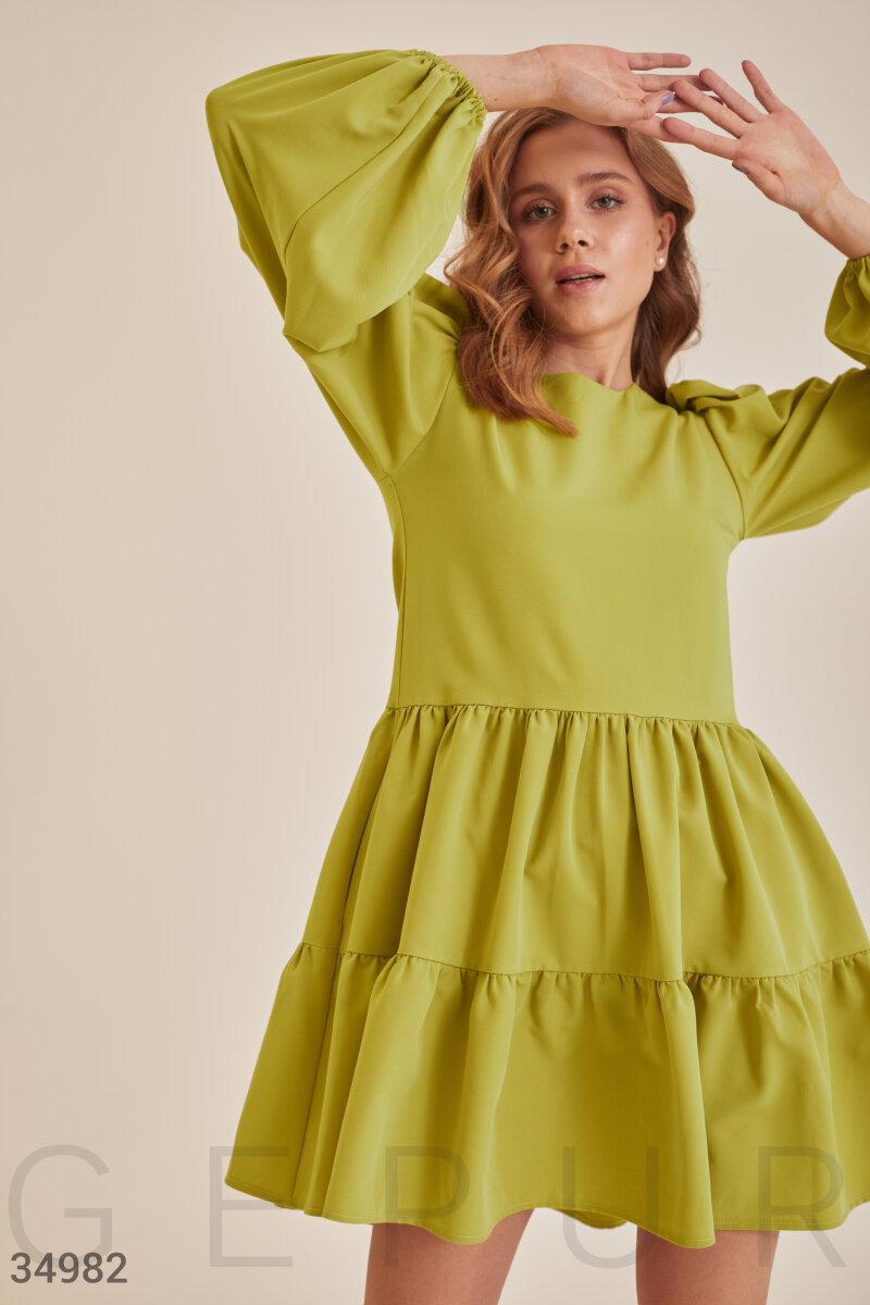 Короткое платье-мини свободного кроя с многоярусной юбкой