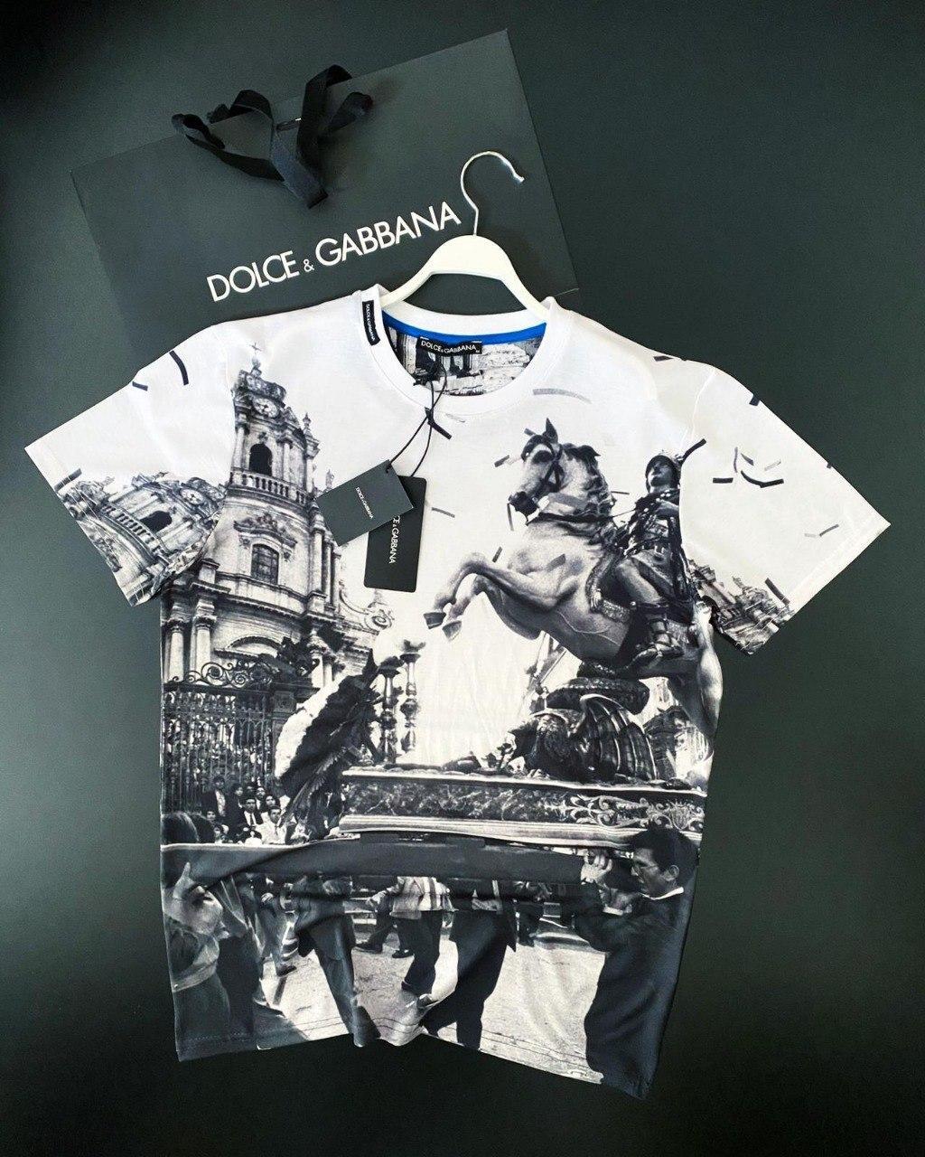 Чоловіча біла футболка з сірим ресунком D&B