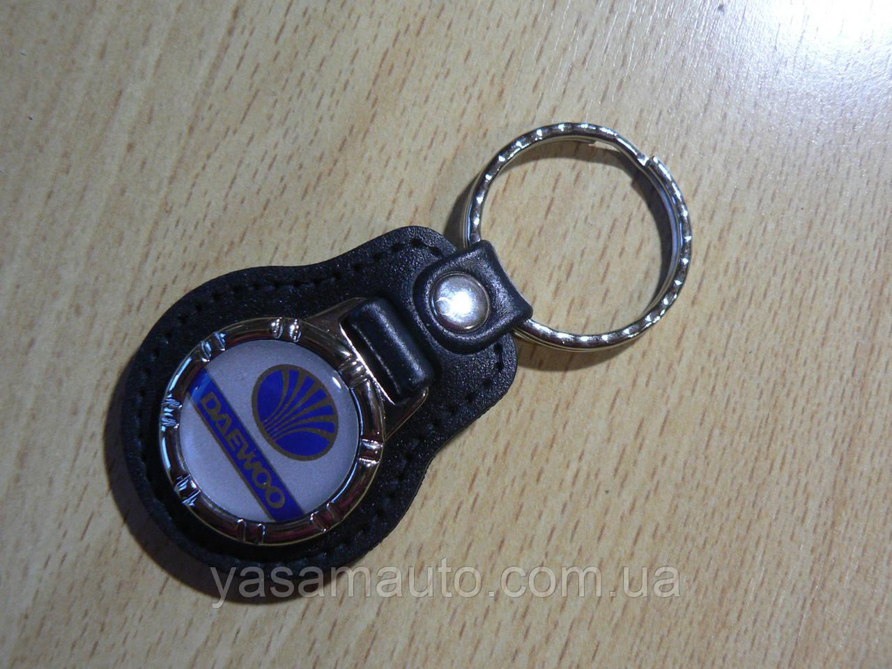 Брелок кожзам округлый Daewoo Уценка пятно на заклепке эмблема Деу автомобильный на авто ключи комбинированный