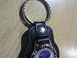 Брелок кожзам округлый Daewoo Уценка пятно на заклепке эмблема Деу автомобильный на авто ключи комбинированный, фото 2