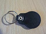 Брелок кожзам округлый Daewoo Уценка пятно на заклепке эмблема Деу автомобильный на авто ключи комбинированный, фото 5