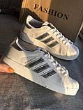Спортивные белые кроссовки с серебристыми полосками, фото 3