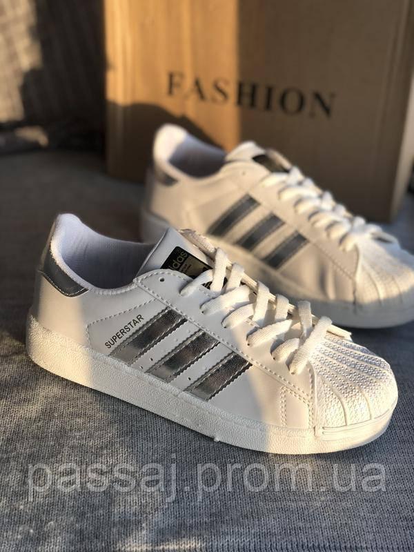 Спортивные белые кроссовки с серебристыми полосками