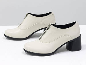 Стильные туфли из натуральной кожи молочного цвета, на невысоком устойчивом черном каблуке