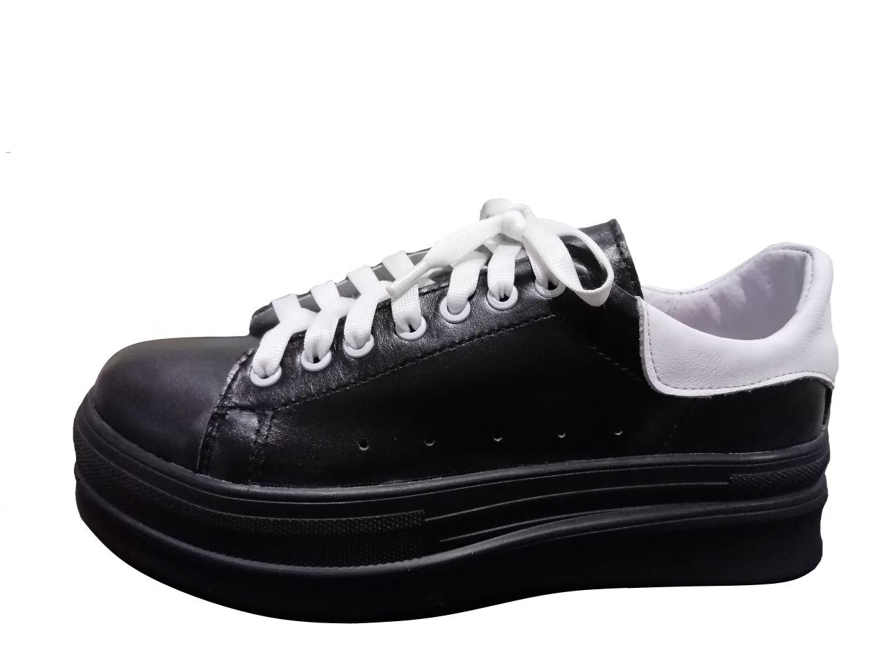 Женские кожаные черные кроссовки с белым задником на толстой подошве