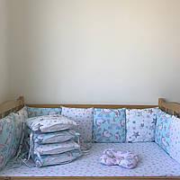 Комплект бортики на 4 стороны кроватки со съёмными наволочками, простынка на резинке, подушечка.