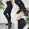 Женские стильные стрейчевые джеггинсы декорированы пуговицами