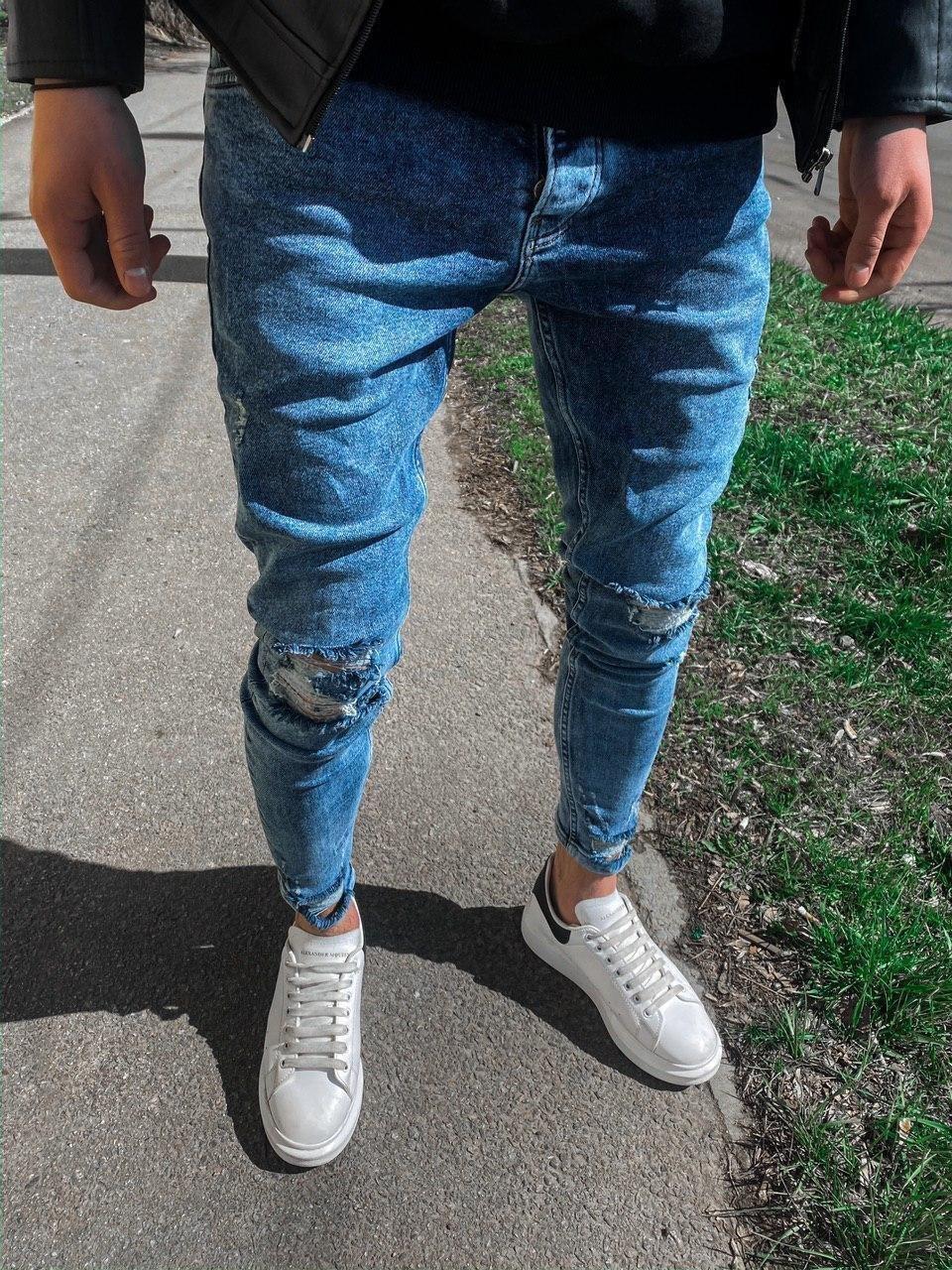 😝 Джинсы - Мужские светлые джинсы рваные с  дырками