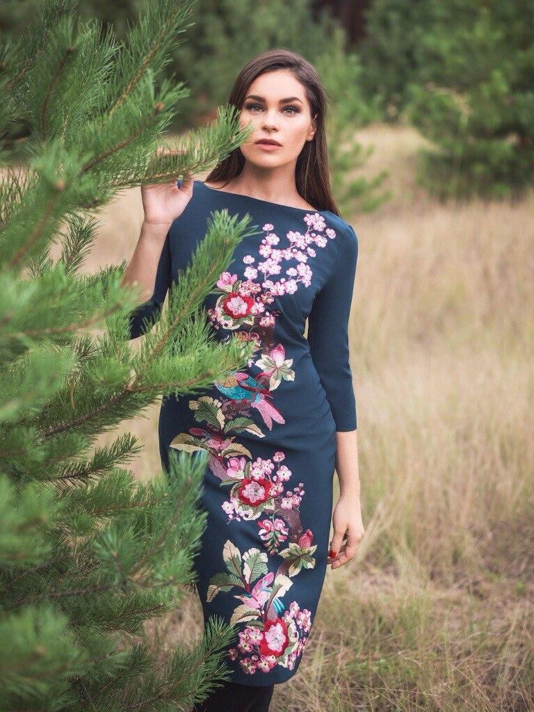 Платье синее из костюмной ткани с дизайнерской вышивкой