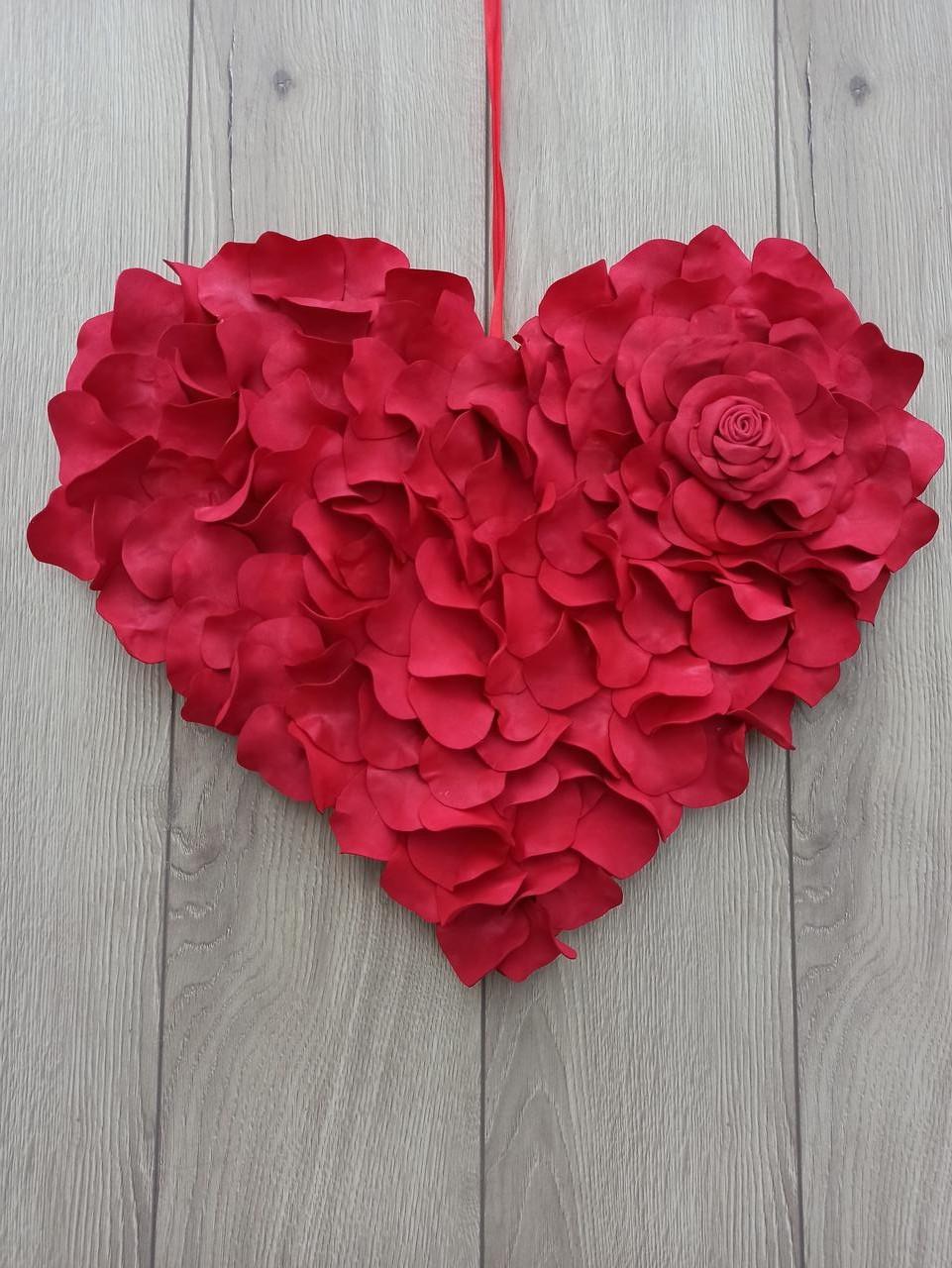 Червоне серце з пелюсток троянд - декор до дня Валентина, весілля