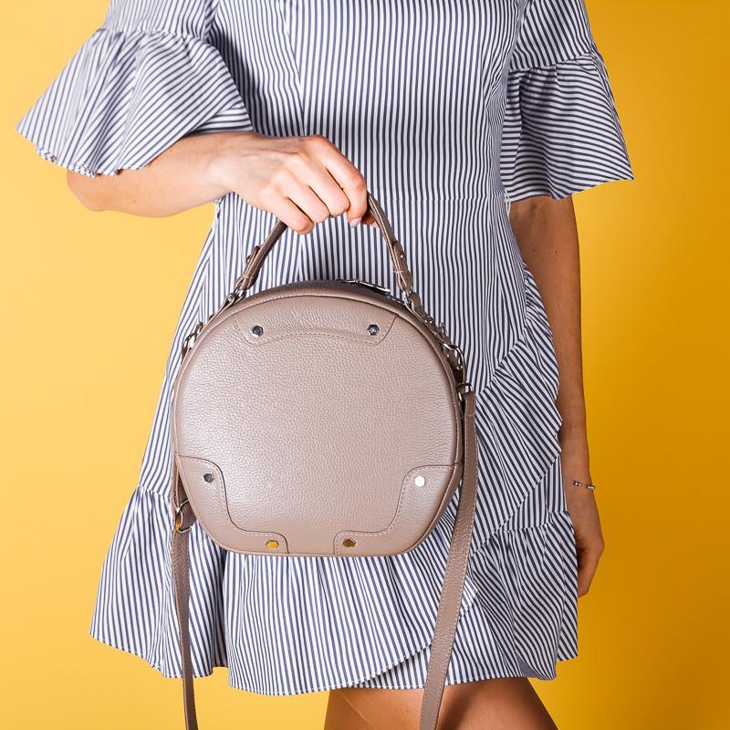 Жіноча сумочка з бежевої шкіри. Комплекти з взуттям.