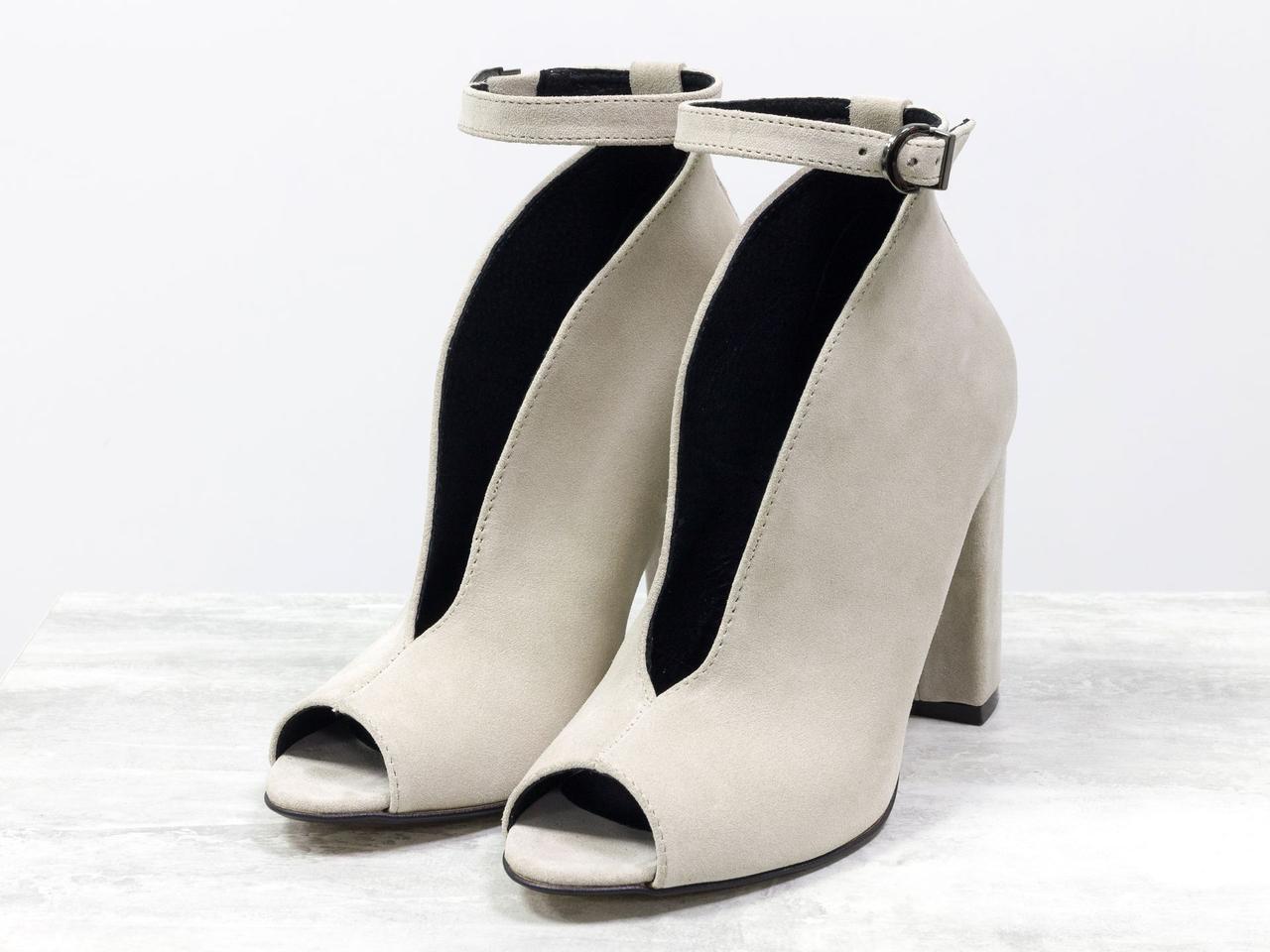 Дизайнерские туфли с открытым носиком из натуральной замши бежевого цвета