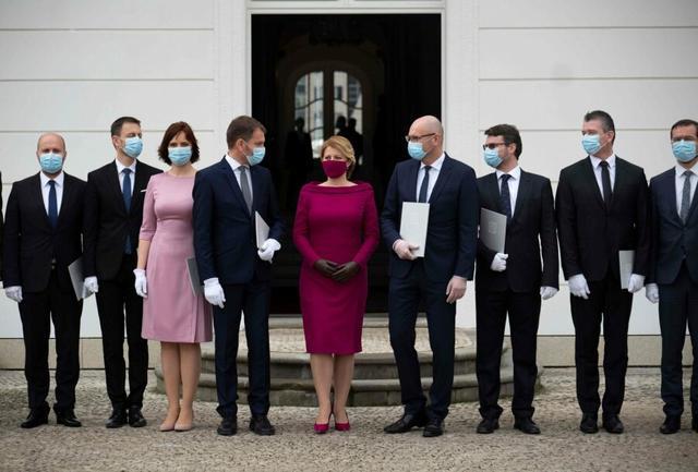 Презиент Словаччини в масці для обличчя