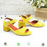 Женские кожаные босоножки на маленьком каблуке, цвет желтый, фото 2