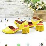 Женские кожаные босоножки на маленьком каблуке, цвет желтый, фото 3