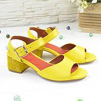 Женские кожаные босоножки на маленьком каблуке, цвет желтый